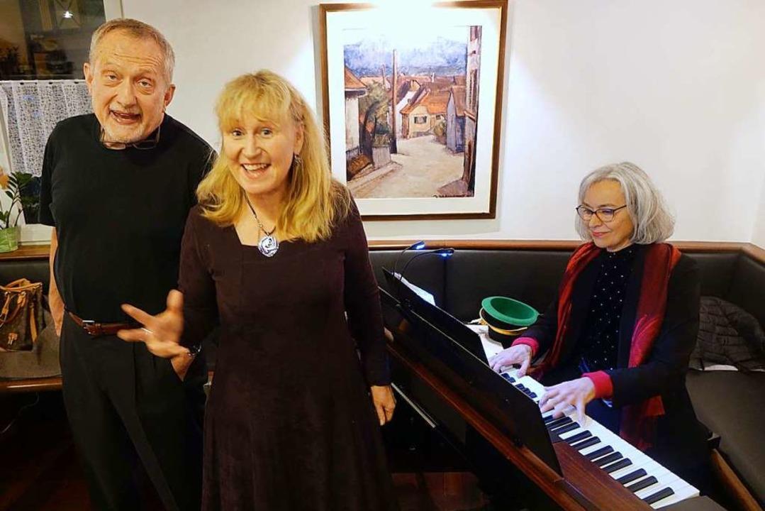 Humorvolle Szenen, Schlager und Lieder...ia Durandi im Café Tortos in Grenzach.  | Foto: Roswitha Frey