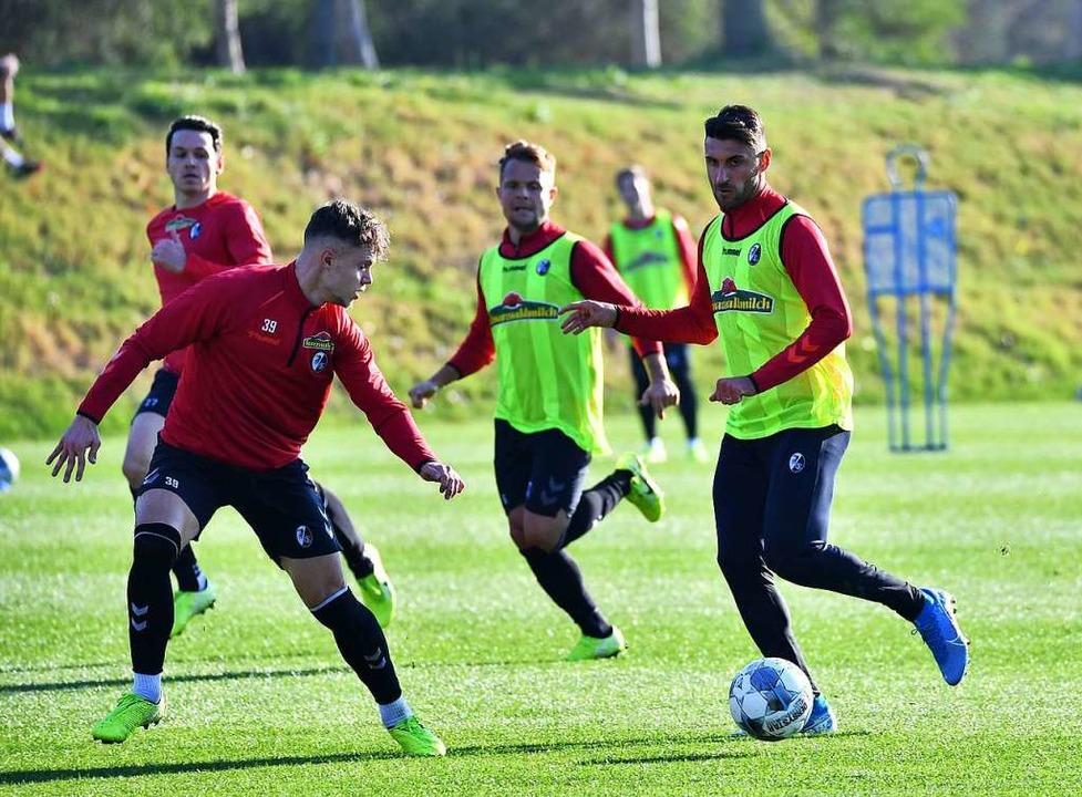 Zwei gegen zwei (von links): Nicolas H... Abrashi und    Vincenzo Grifo am Ball    Foto: Achim Keller