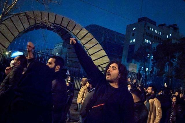 Demonstranten erhöhen Druck auf Irans Regierung – Trump twittert auf Persisch