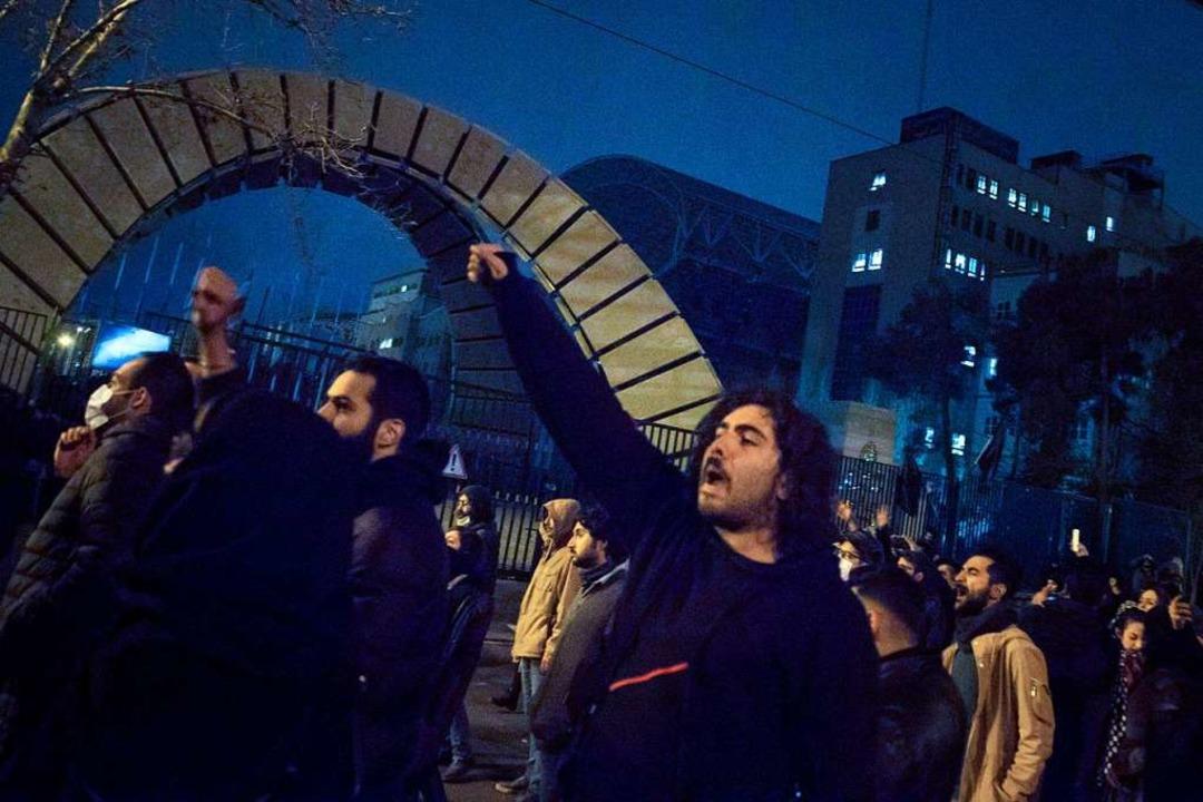 Iranische Studenten demonstrieren am 1...irkabir Universität in der Innenstadt.  | Foto: Rouzbeh Fouladi (dpa)