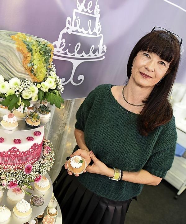 Daniela  Deis mit ihren Cupcakes  | Foto: Rita Eggstein