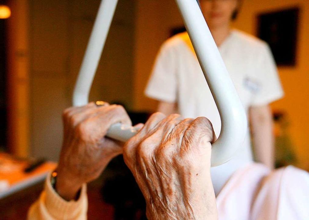 Durch die zunehmend alternde Bevölkeru...gel an Pflegekräften noch verschärfen.  | Foto: Angelika Warmuth