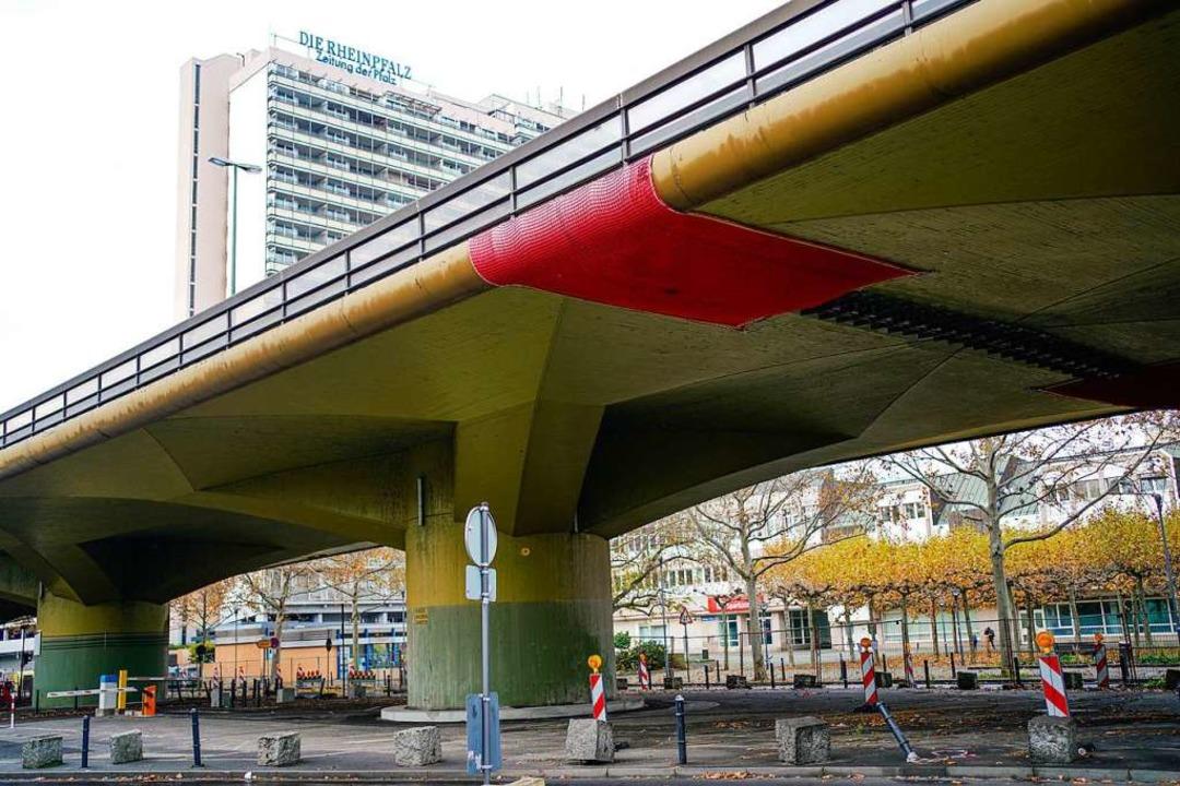 Rote Netze sollen die Brücke sichern.  | Foto: Uwe Anspach (dpa)