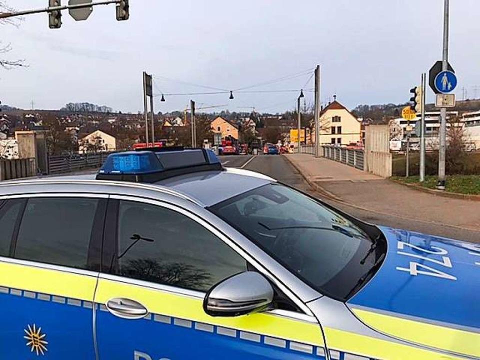 Ein Polizeieinsatzwagen sperrt die Freiburger Straße vor der Wiesenbrücke ab.  | Foto: Jonas Hirt
