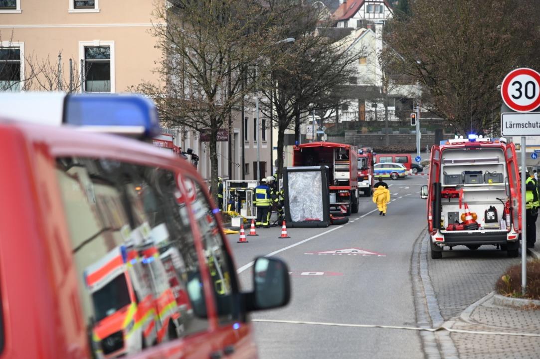 Großaufgebot an Rettungskräften in der Freiburger Straße.  | Foto: Jonas Hirt