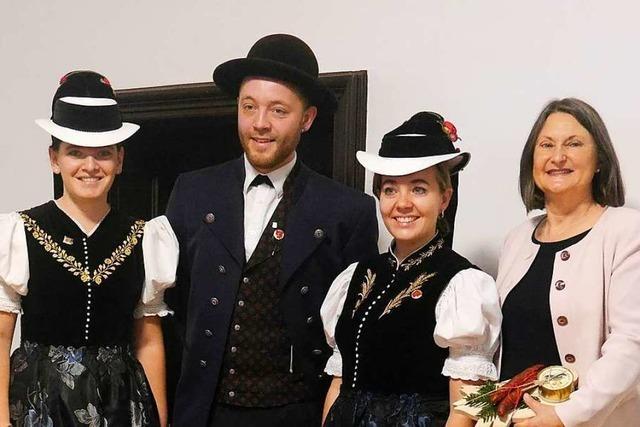 Trachtengruppe aus dem Elztal bringt Neujahrsgrüße nach Freiburg