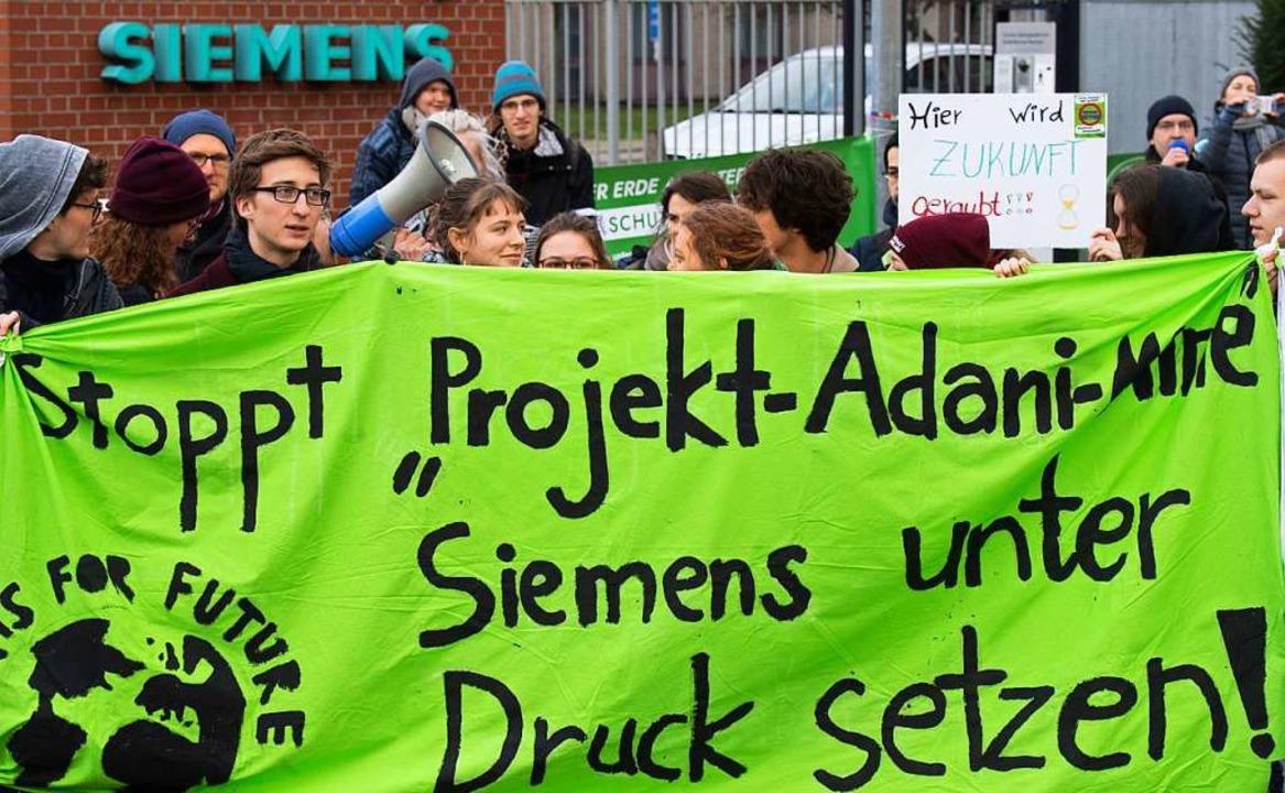 Fridays for Future protestiert gegen Siemens  | Foto: Julian Stratenschulte (dpa)