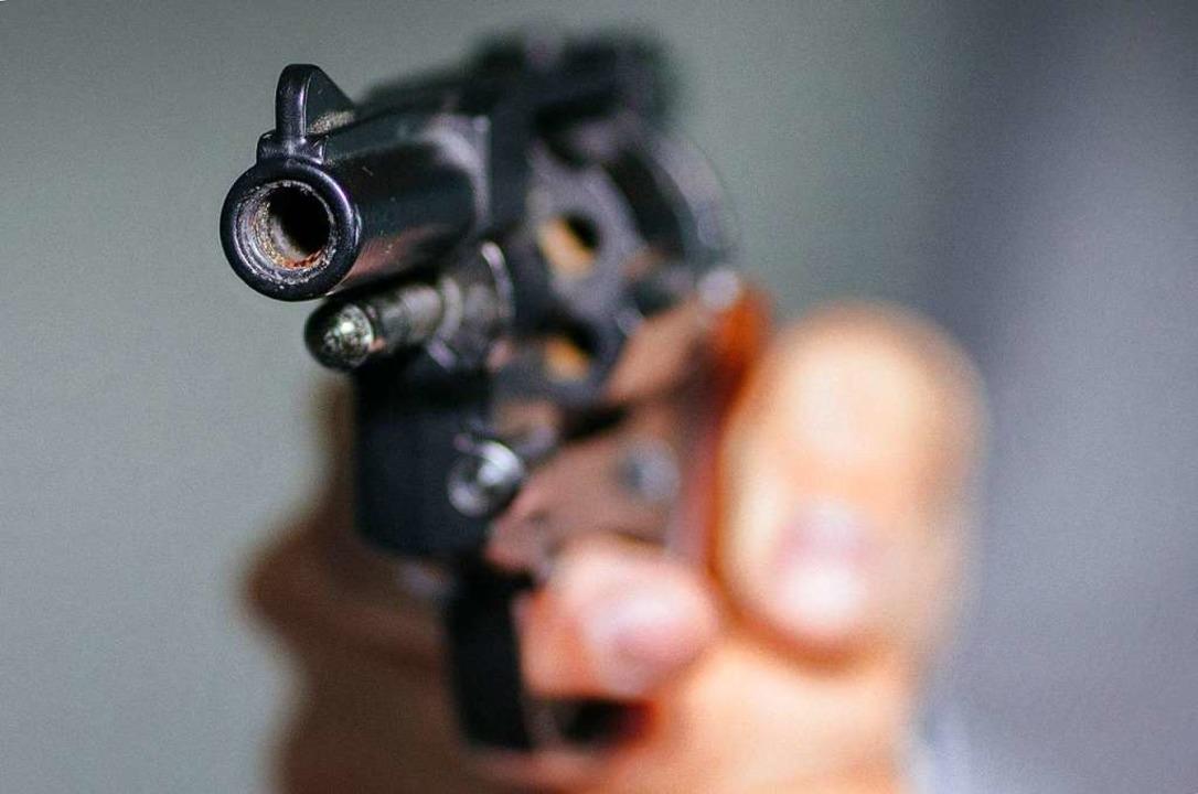 Mit vorgehaltener Pistole erbeuteten d...nen dreistelligen Betrag (Symbolbild).    Foto: Oliver Killig