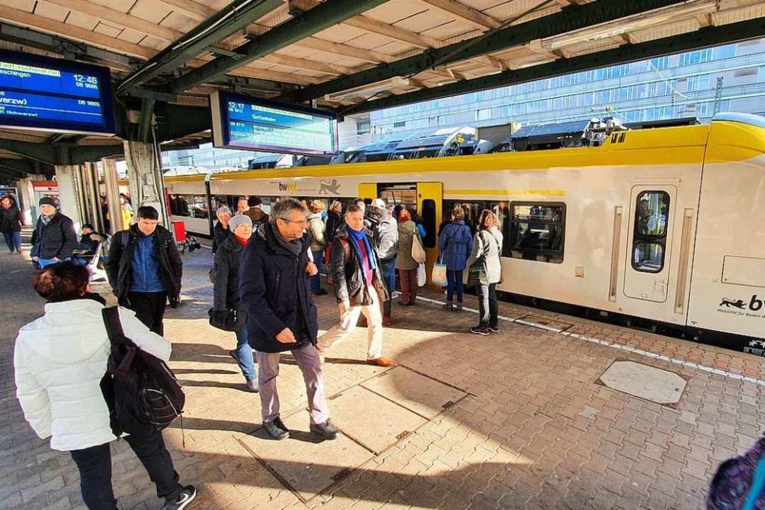 Fahrgäste beim Einstieg in die Breisga... beim Öffnen und Schließen der Türen.   | Foto: Sebastian Wolfrum