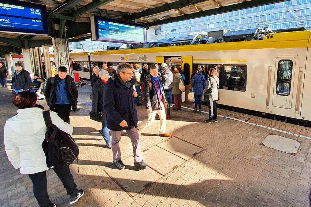 Fahrgäste beim Einstieg in die Breisga..., beim Öffnen und Schließen der Türen.  | Foto: Sebastian Wolfrum