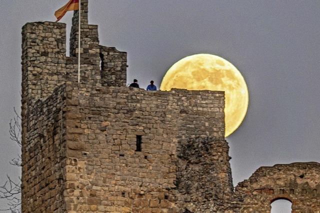 Vollmond hinter der Staufener Burg