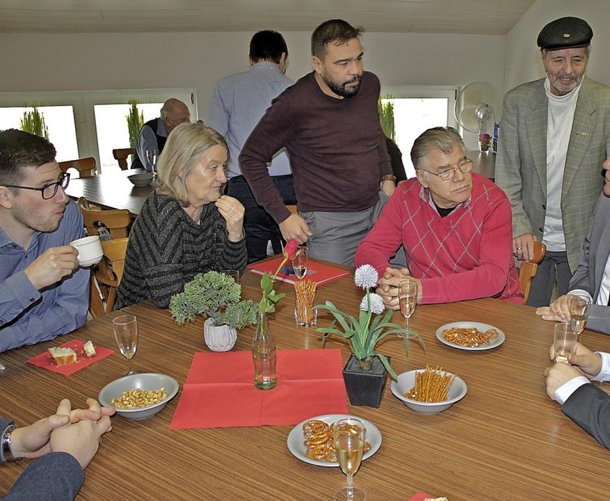 In ungezwungener Runde unterhielten sich die Teilnehmer des Neujahrsempfanges.   | Foto: Rolf Reißmann