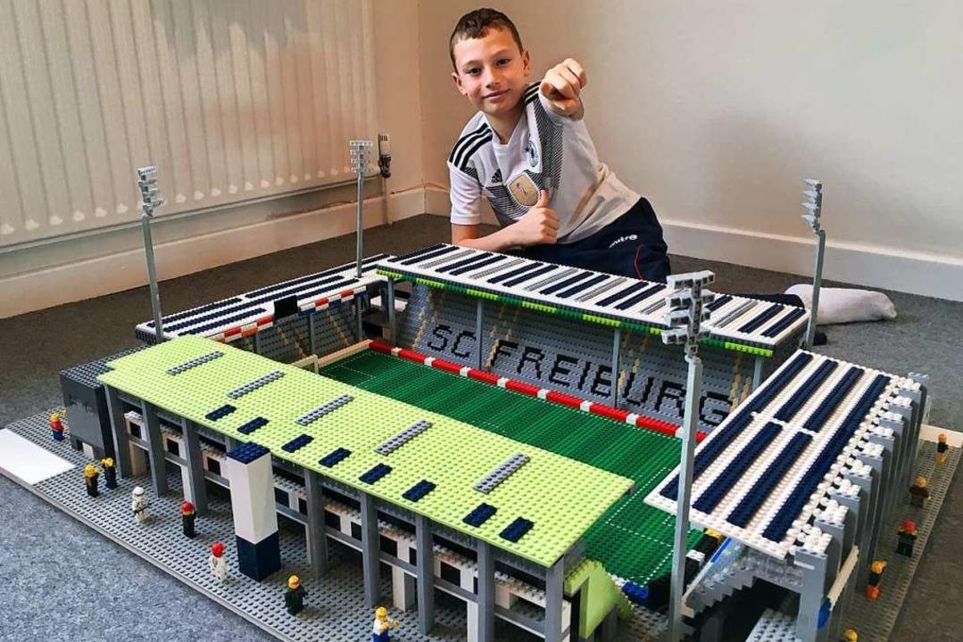 Joe Bryant in seinem Kinderzimmer im s...n Crawley  – mit dem SC-Stadion   | Foto: Philip Bryant