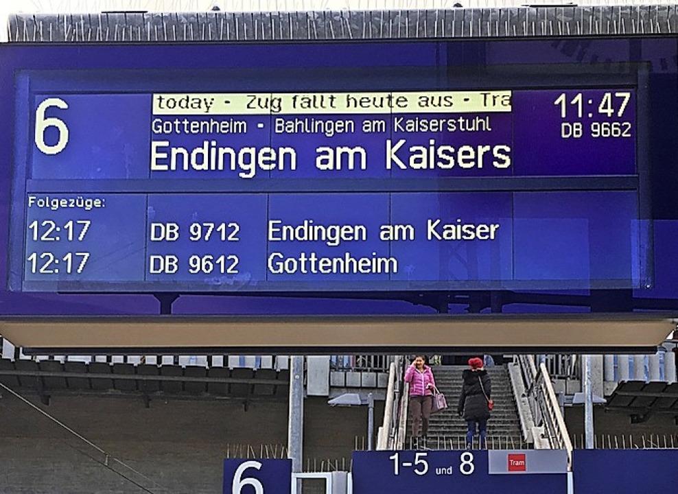 Hinweis auf Zugausfall am Bahnhof in F... Bürgermeister fordern rasche Abhilfe.  | Foto: Christoph Giese