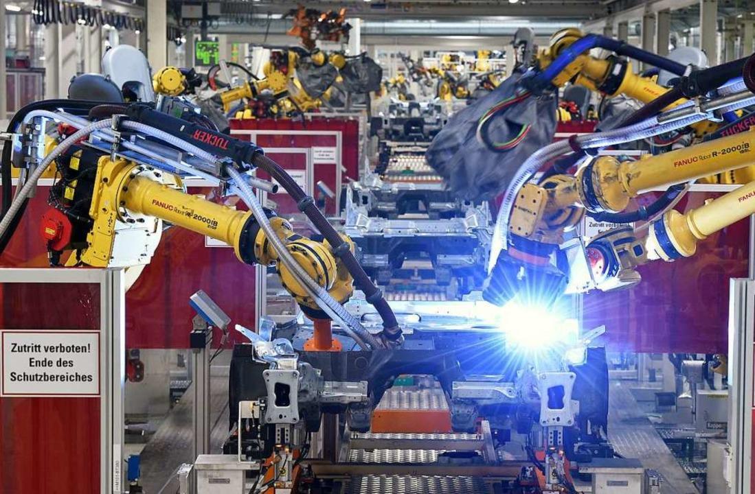 Schweißroboter im VW-Werk Emden    Foto: Rainer Jensen (dpa)