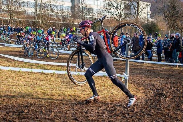 Der Freiburger Sascha Weber trägt sein Rad querfeldein zur deutschen Vizemeisterschaft
