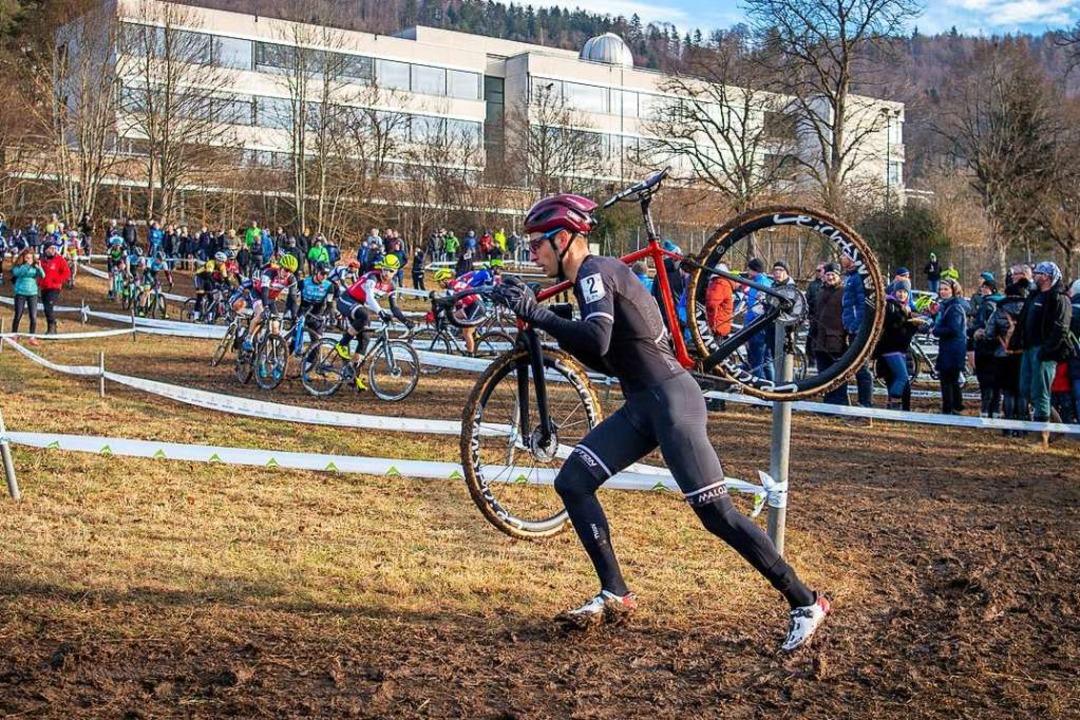 Wer sein Rad liebt, der schultert&#821...en matschigen Kurs zur Silbermedaille.  | Foto: Armin M. Küstenbrück