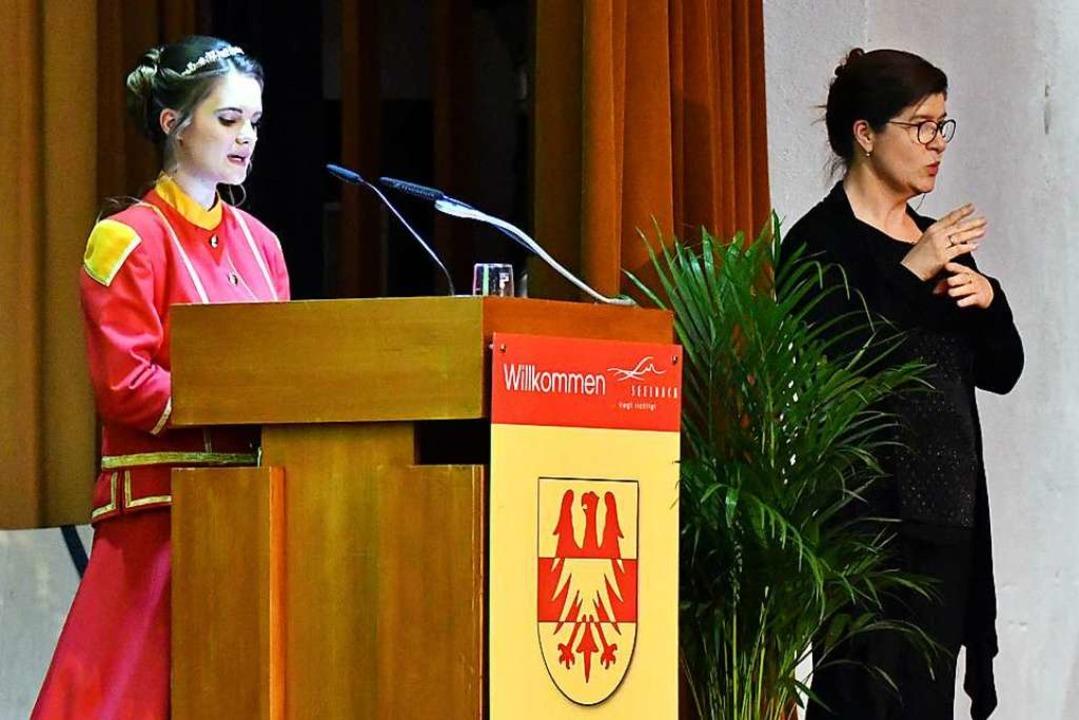 Sabine Wanner (rechts) dolmetscht die ...aura Fehrenbach) beim Neujahrsempfang.  | Foto: Wolfgang Künstle