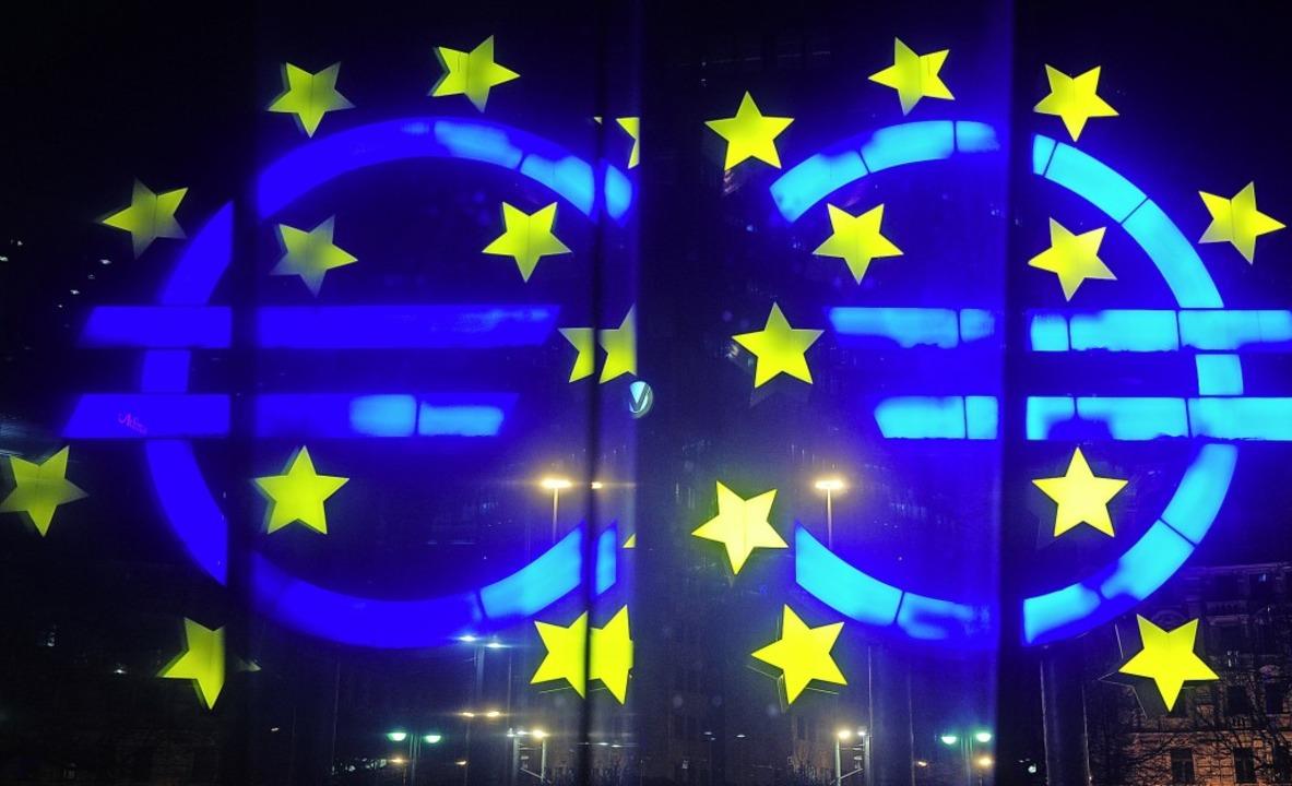 Die Euro-Skulptur von Otmar Hörl spiegelt sich in einer Scheibe.   | Foto: Daniel Reinhardt