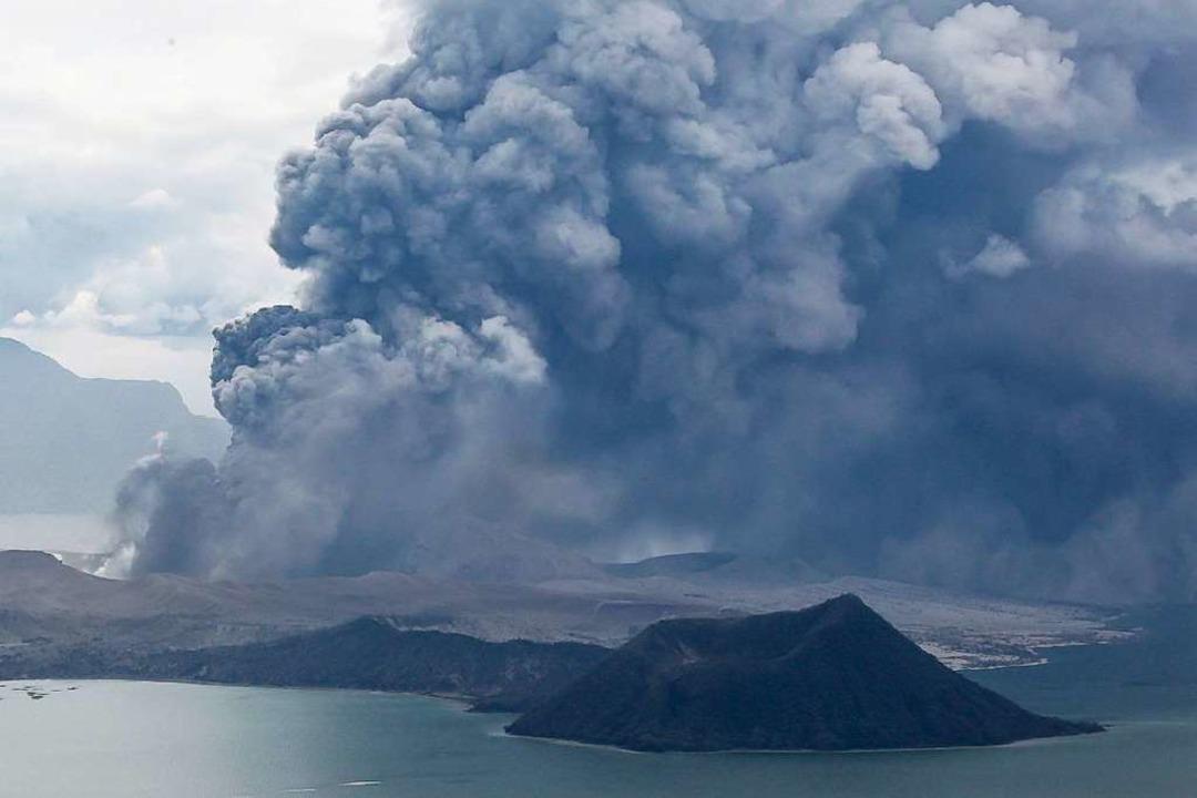 Um die 45.000 Menschen haben sich im U...s Vulkans Taal in Sicherheit gebracht.  | Foto: Rouelle Umali (dpa)