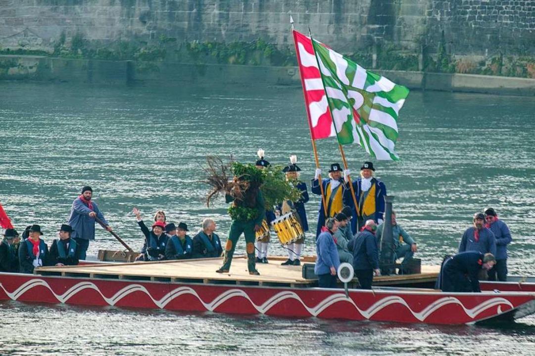 Der Wilde Maa fährt samt kleiner Tanne auf dem Floß rheinabwärts.  | Foto: Ansgar Taschinski