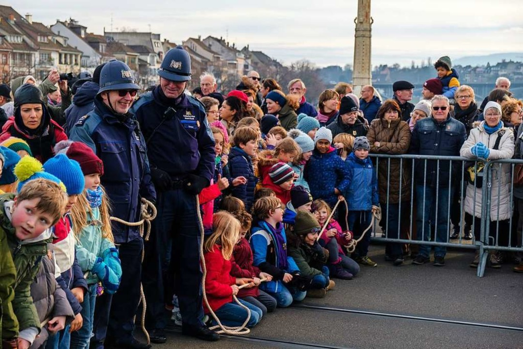 Sogar die Polizisten sind mit passenden Hüten ausgestattet.  | Foto: Ansgar Taschinski