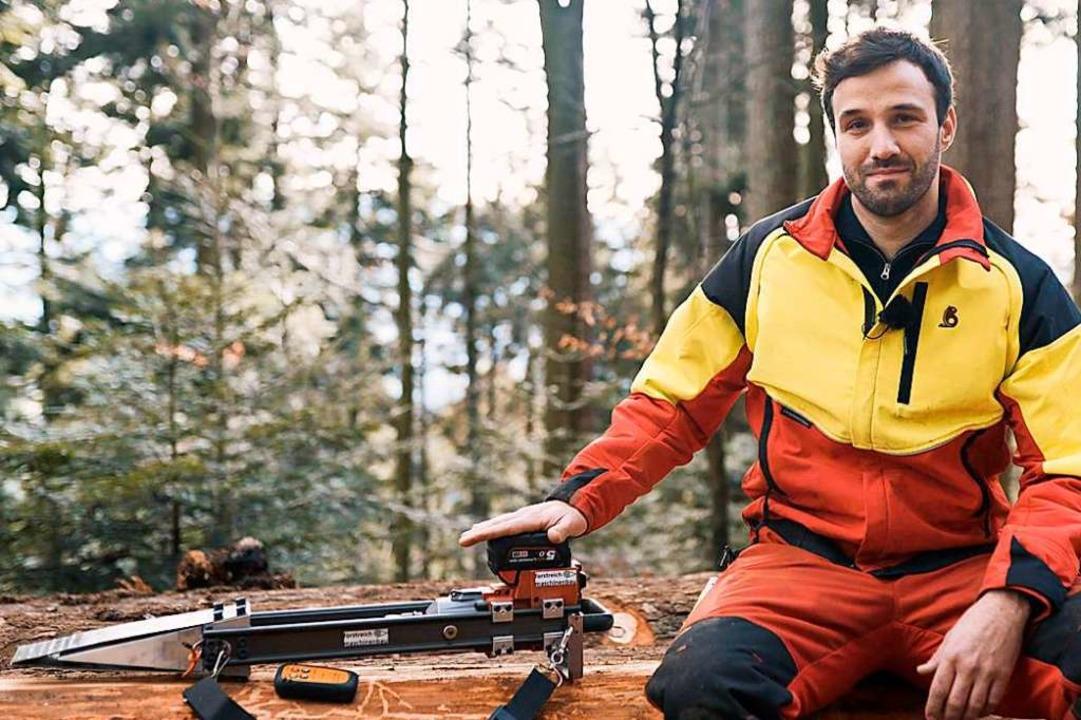 Stefan Reichenbach mit seinem fernbedi...rät macht die Arbeit im Wald sicherer.  | Foto: Privat