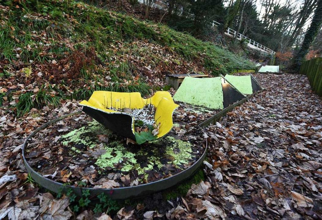 Dick liegen die Blätter auf den alten Minigolfbahnen.  | Foto: Rita Eggstein