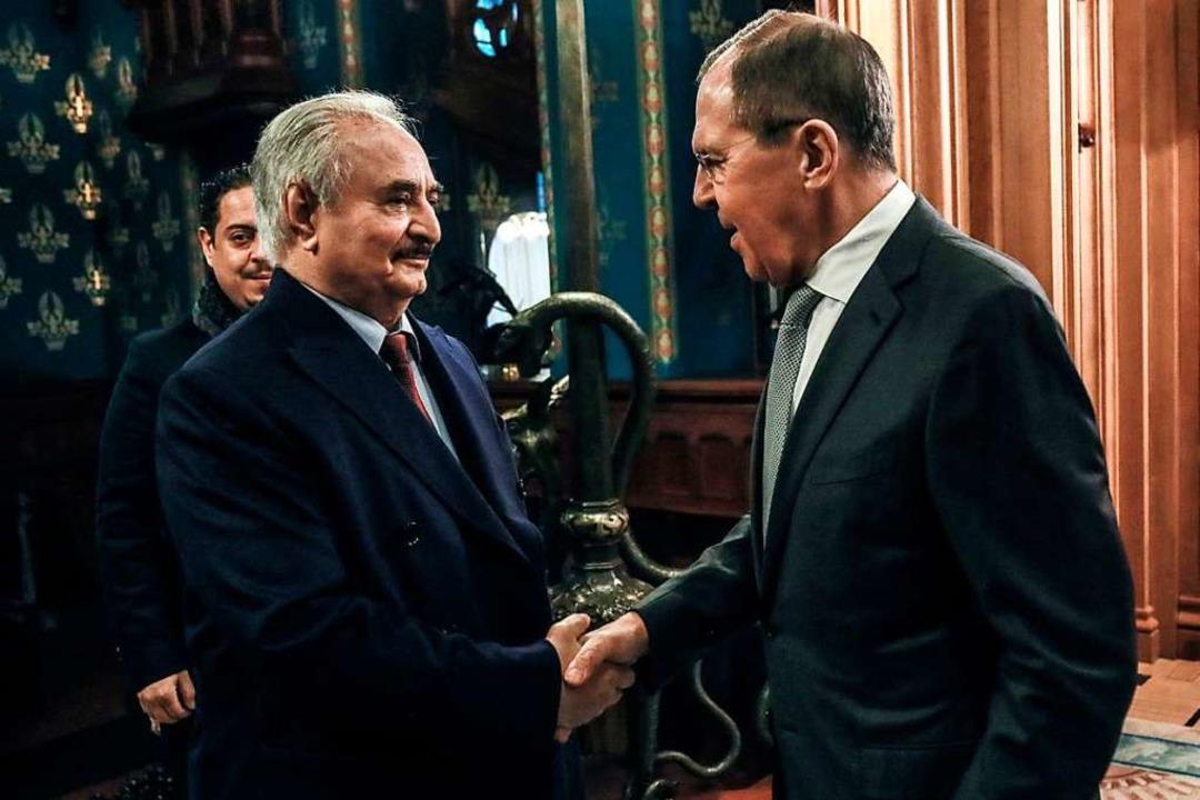 Sergej Lawrow (r), Außenminister von R...ng der Nationalen Übereinkunft (GNA).   | Foto: - (dpa)