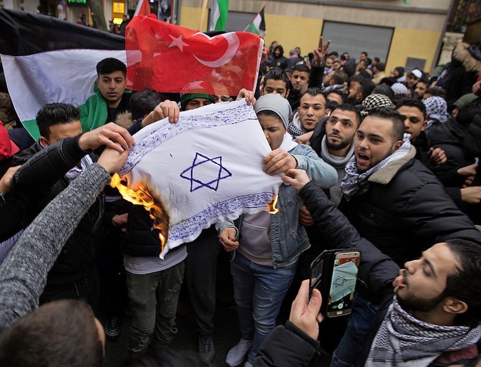 Bei einer israelfeindlichen Demonstrat...1; auch wenn diese selbst bemalt sind.  | Foto: dpa