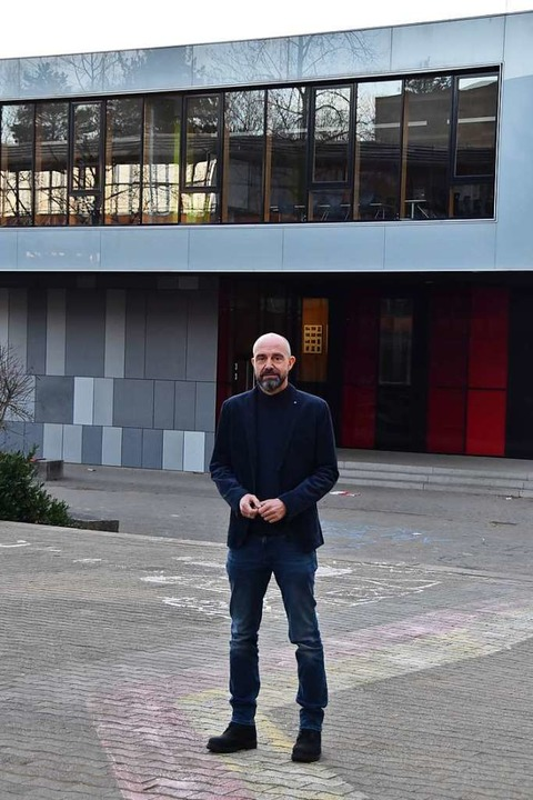 Der neue Schulleiter Matthias Mühl  vor der Schule.  | Foto: Sebastian Krüger