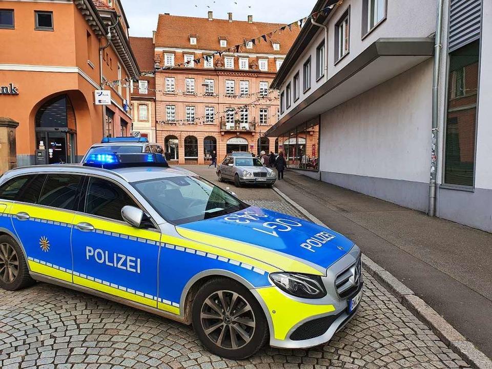 Die Polizei hat die Schillerstraße abgesperrt.  | Foto: Karl Kovacs
