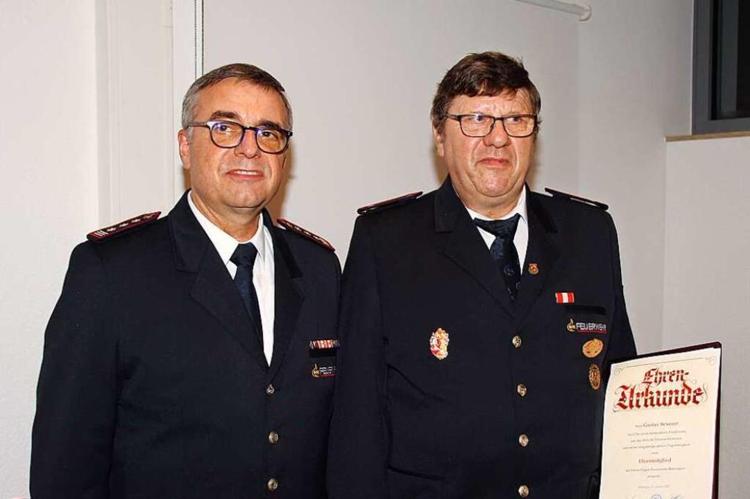 Gustav Sexauer (rechts) wurde zum neue... gratulierte Kommandant Horst Höfflin.  | Foto: Mario Schöneberg