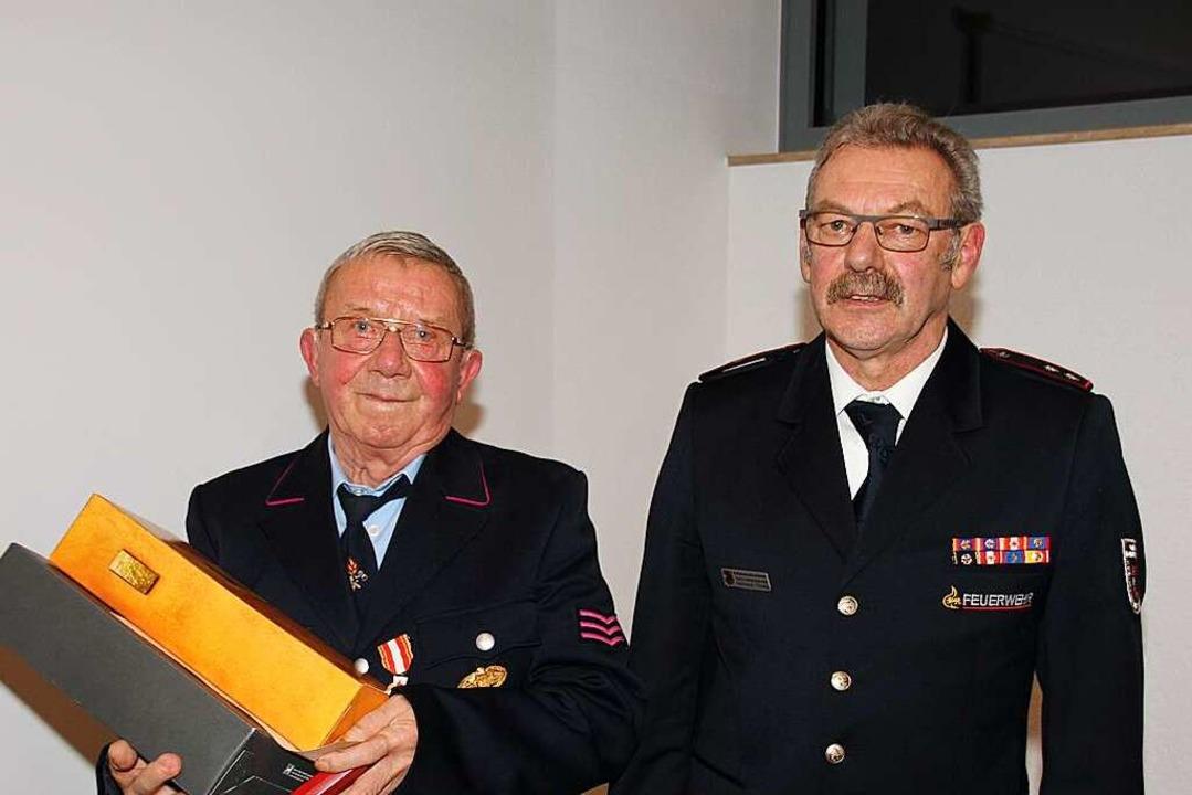 Heinrich Höfflin (links) bekommt  von ...enzeichen für 50 Jahre Mitgliedschaft.  | Foto: Mario Schöneberg
