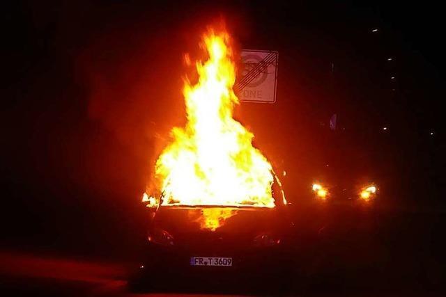 Brennendes Auto vor der Breisacher Gewerbeschule