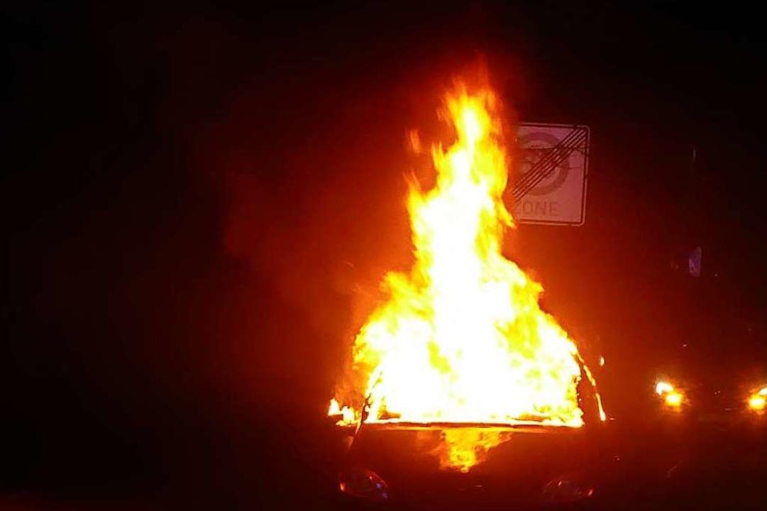 Der Wagen brannte vor der Gewerbeschule am Grüngärtenweg.  | Foto: Polizei