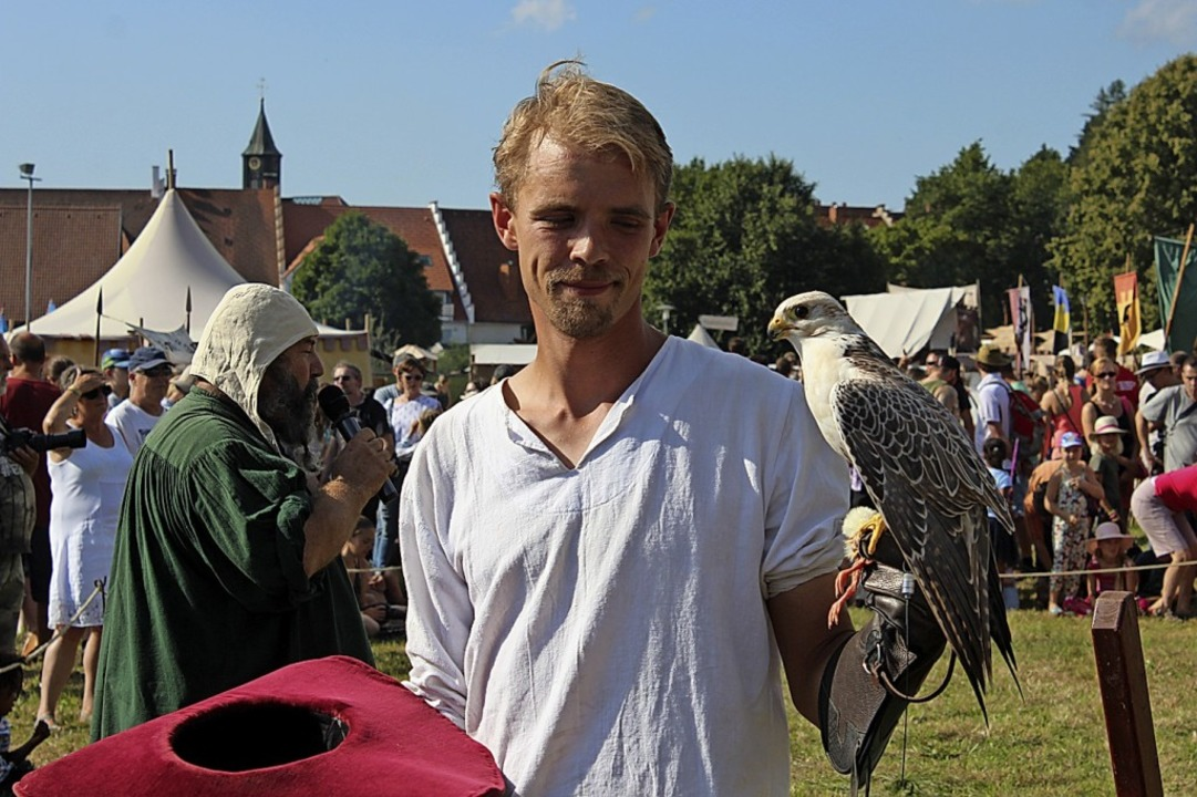 Eine Falknerei durfte beim Mittelalter...uf dem Bittenbachgelände nicht fehlen.  | Foto: Christa Maier