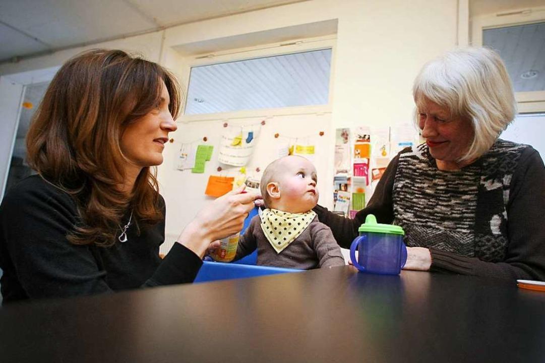 Mutter, Kind, Großmutter: Die Last liegt häufig bei der Generation in der Mitte.  | Foto: Fredrik Von Erichsen