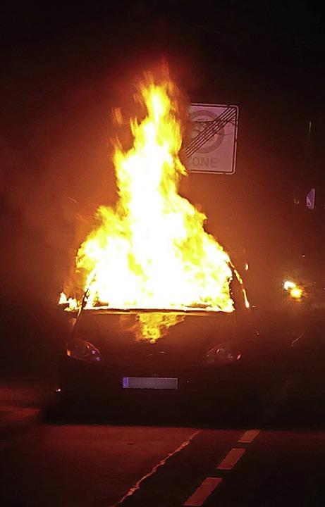 Lichterloh brannte am frühen Dienstagm...ein Pkw im Grüngärtenweg in Breisach.   | Foto: Polizei