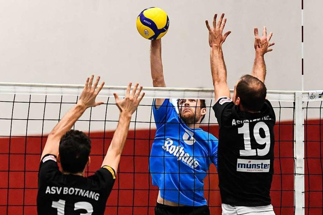 Mehr als ein Zuspieler: Marc Zimmerman... hier gegen den Block des ASV Botnang.  | Foto: Patrick Seeger