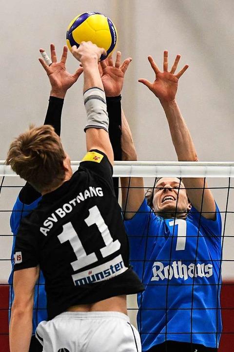 Mittelangreifer Torge Vater und David ...Dirk Mehlberg am Netz den Angriffsweg.  | Foto: Patrick Seeger