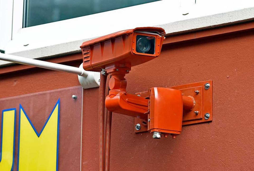 Die ersten der insgesamt 16 Überwachun...traße passt sich der Fassadenfarbe an.  | Foto: Michael Bamberger