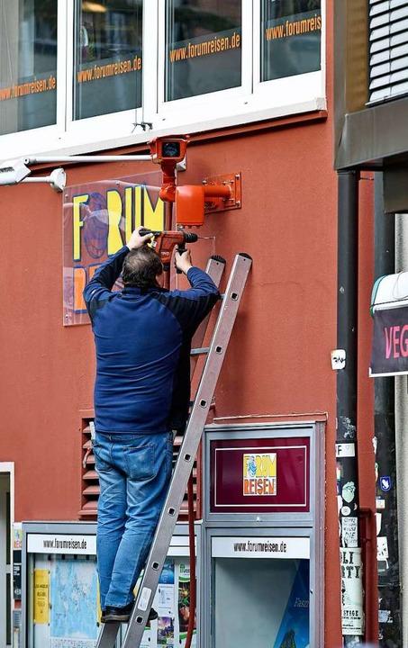 Letzte Handgriffe bei der Installation der Kamera.  | Foto: Michael Bamberger