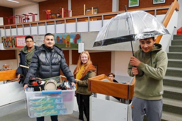 Die Schüler packen fleißig beim Umzug ihrer Schule in Weil am Rhein mit an