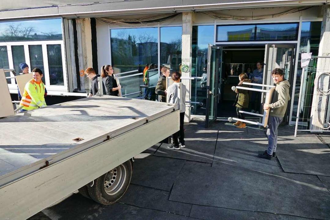 Fleißige Helfer nahmen auch den Mitarb...des Betriebshofs einiges an Arbeit ab.  | Foto: Ulrich Senf
