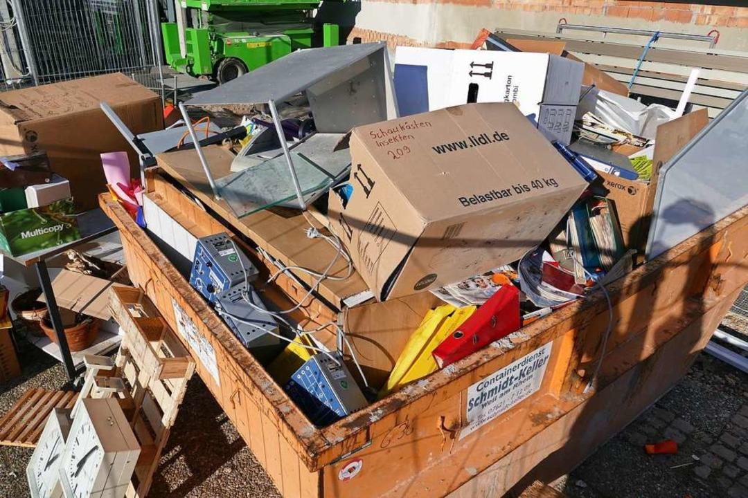 Vieles wird beim Umzug ausrangiert und wandert in den Müllcontainer.  | Foto: Ulrich Senf