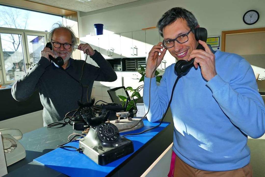 Rektor Keller (rechts) und Dieter Steininger  freuen sich übers alte Telefon.  | Foto: Ulrich Senf
