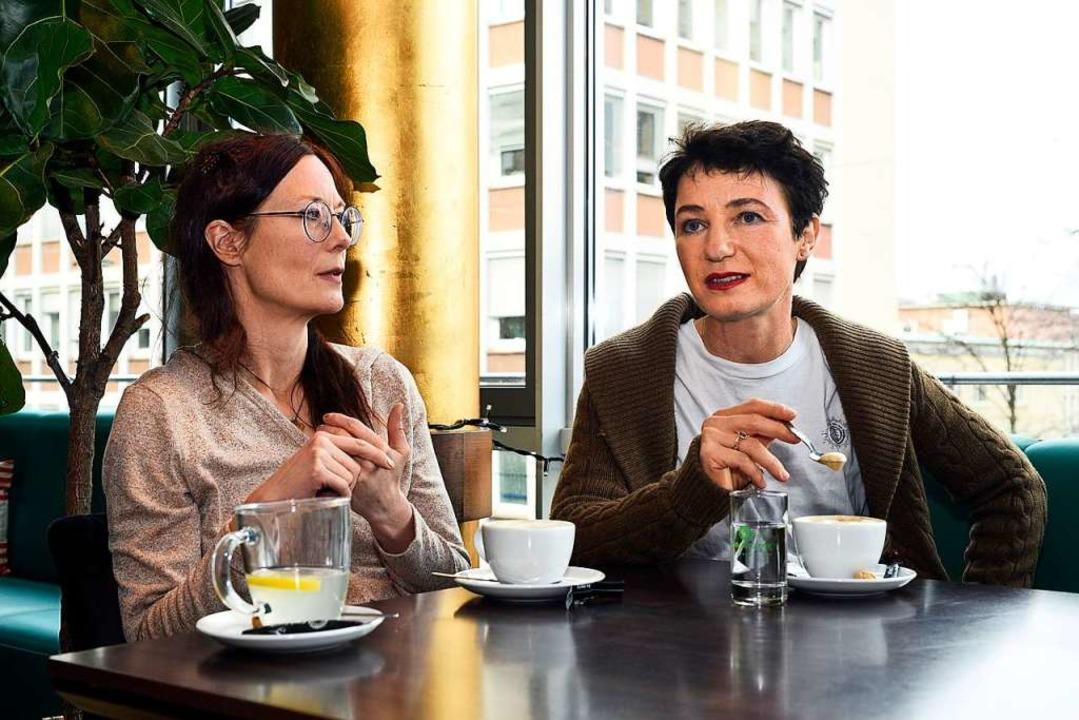 Anja Schweizer (links) und Elisabeth K...eim Gespräch im Freiburger Theatercafé  | Foto: Thomas Kunz