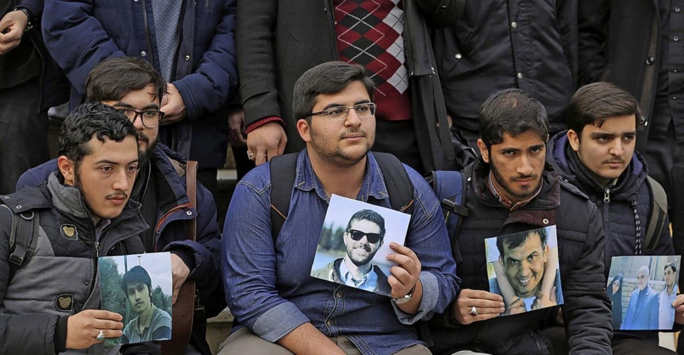 Iranische Studenten erinnern an die Opfer des Absturzes.  | Foto: ATTA KENARE (AFP)