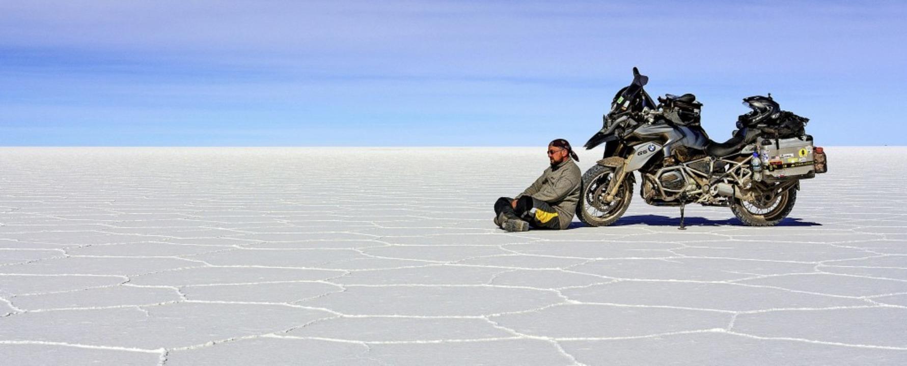 Rolf Lange ruht sich hier auf der Salzpfanne Salar de Uyuni in Bolivien aus.   | Foto: Rolf Lange